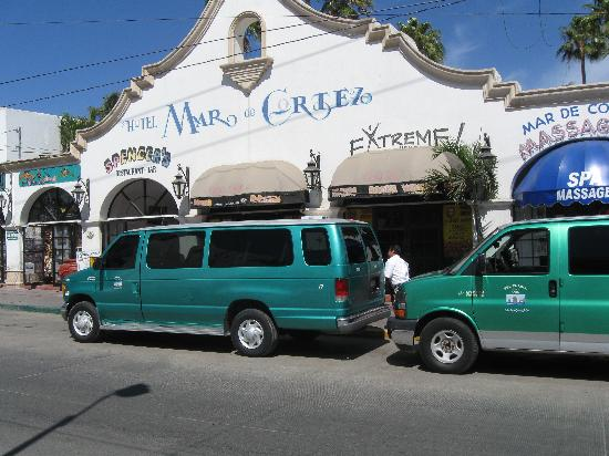 Hotel Mar de Cortez: Front of hotel with two standard Cabo taxi vans
