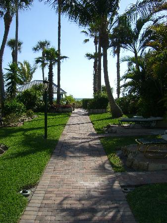 Sandpiper Inn: Walkway to Heaven, or the beach