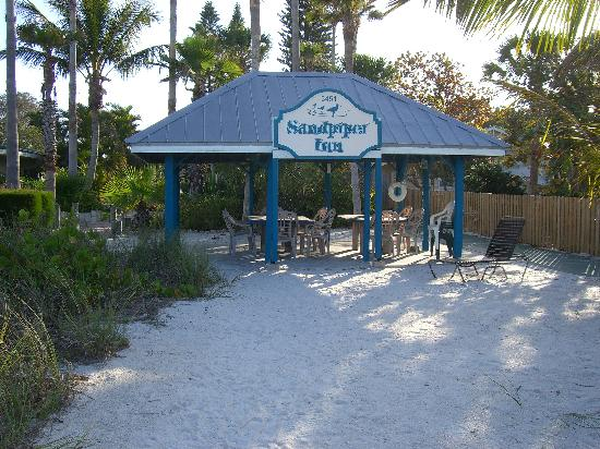 Sandpiper Inn: Eat on the beach!