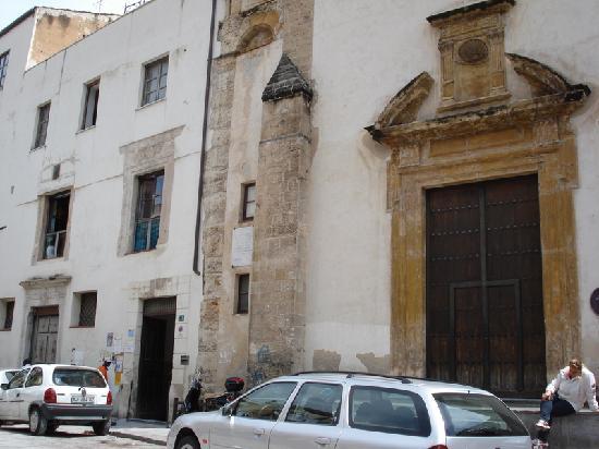 Chiesa di Santa Chiara - ingresso dell'oratorio salesiano