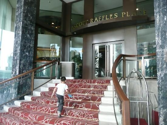 Ascott Raffles Place Singapore: Entrance to the hotel