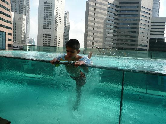 Infinity pool picture of ascott raffles place singapore singapore tripadvisor for Raffles hotel singapore swimming pool