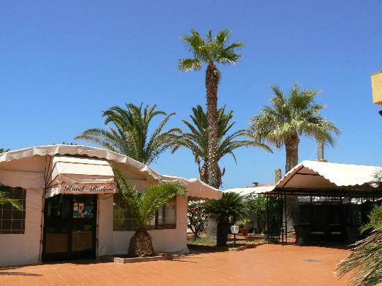 Hotel Riviera: Davanti all'Hotel