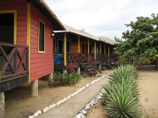 Lost Reef Resort : Sidewalk back to the restaurant/bar