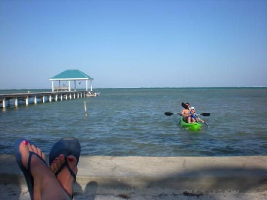 Cocotal Inn & Cabanas: Chillin' as other guest kayak in