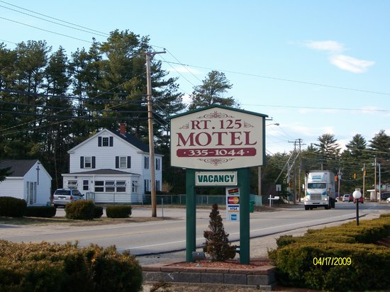 Sunset Village Motel: This is a pic of The Route 125 Motel's sign we took during of first stay, this is a clean motel.