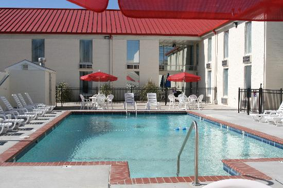 Sooner Legends Inn & Suites : Heated Pool