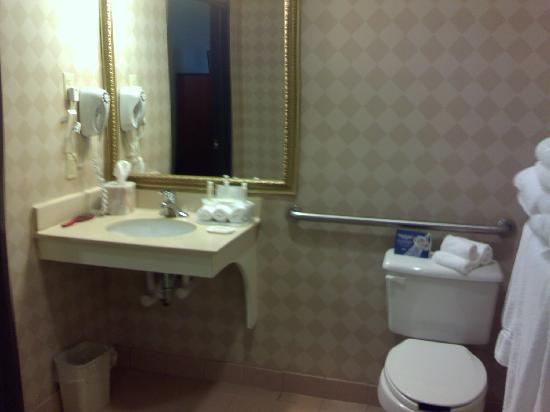 Holiday Inn Express Bloomsburg: big bathroom