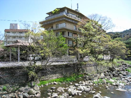 Hotel Kajikaso: Hotel viewed from the nearby bridge