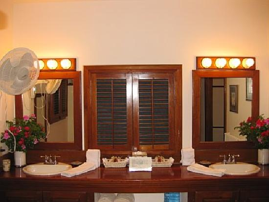 Victoria House Resort & Spa: His & Her sinks