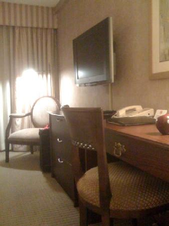 Bethesda Court Hotel: Flat screen TV and a work desk
