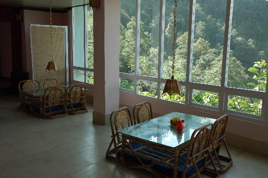 Kaluk, Ινδία: Dining area with a view out to the Himalayas
