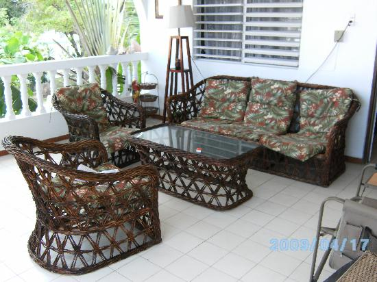Coconut Palms Inn: sitting area outside our room