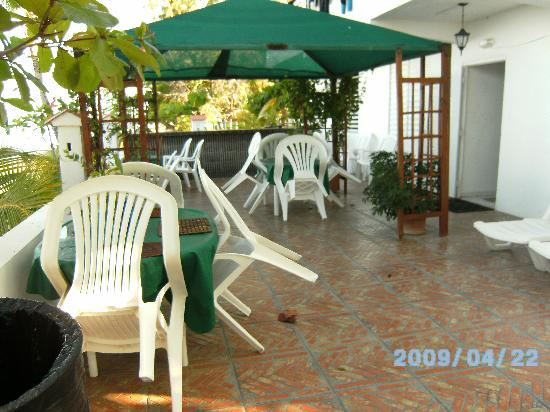 Coconut Palms Inn: lower level and BBQ area