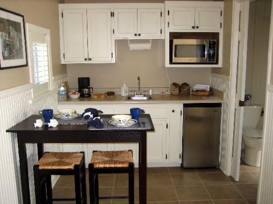 Garden Isle Guest Cottages: Cottage #1 Kitchen Area