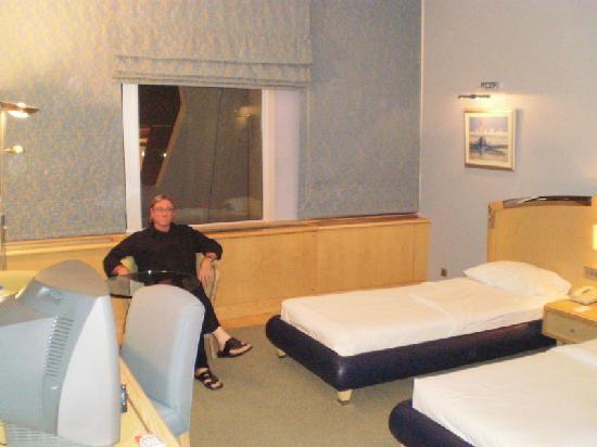 Abu Dhabi Airport Hotel: room