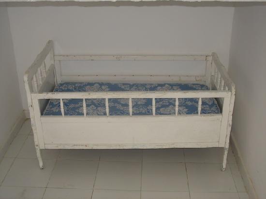 Hotel Nereides: un lit bébé perdu sous un escalier, voilà ce qu'ils vous donnent pour mettre vos enfants.....