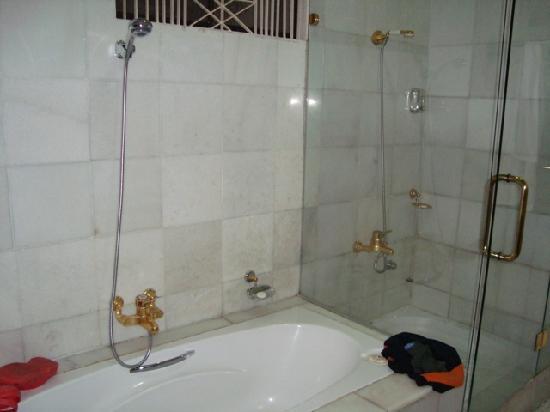 โรงแรมเดอะ กาบีกิ: Bathroom