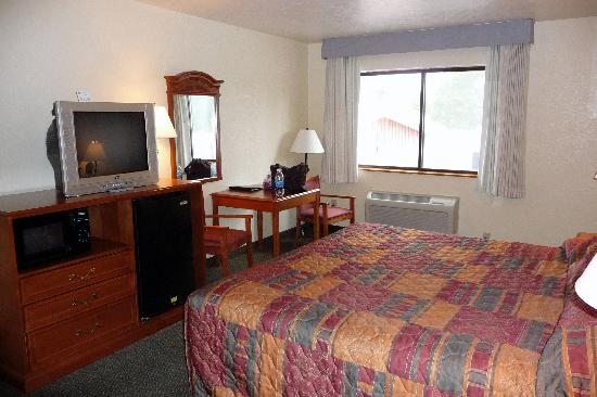 BEST WESTERN Weston Inn: My room- so comfortable and clean! Note refrigerator and microwave.