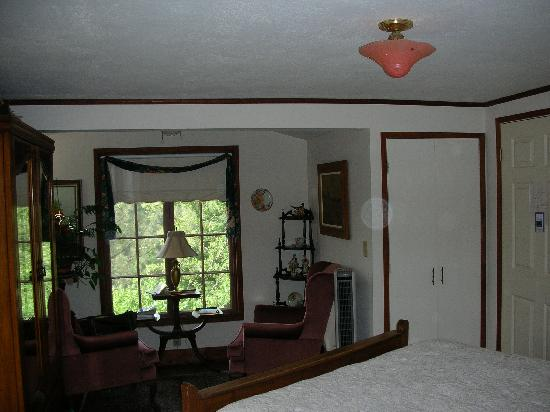 Poppy Hill Bed and Breakfast: The Poppy Hill room- located upstairs.