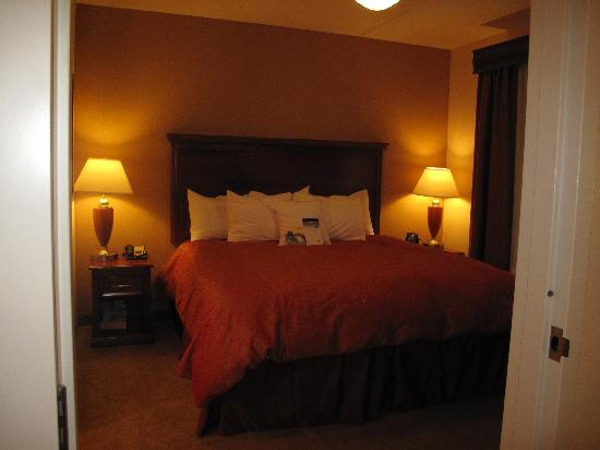 Homewood Suites Madison West: separate bedroom in 1 bed suite