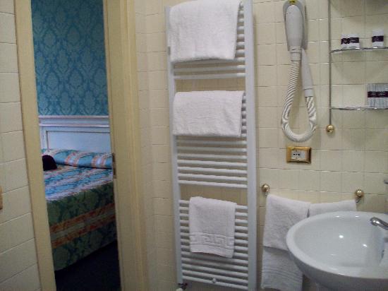 هوتل فيلا ديل بالمي: complete with towel warmer!