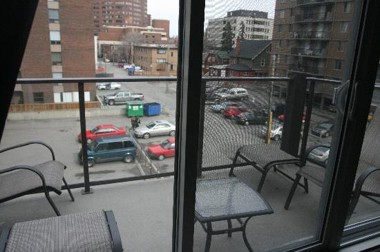 Nuvo Hotel Suites: The balcony looking on the parking lot