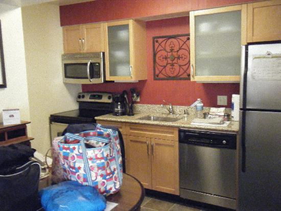 Residence Inn Costa Mesa Newport Beach : kitchen area