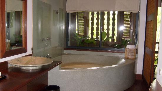 Belmond La Residence d'Angkor: Côté salle de bain