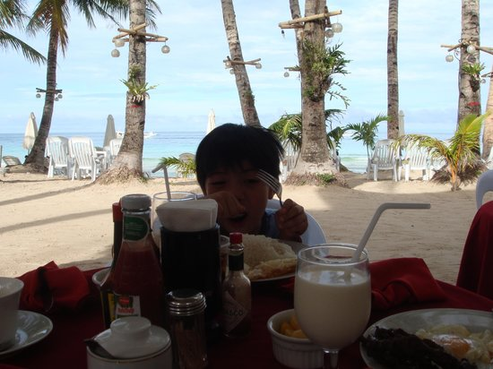 Crystal Sand Beach Resort: breakfast in front of hotel
