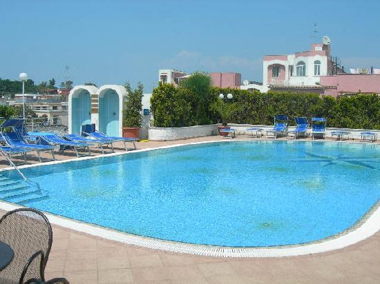 Hotel Terme Felix: Piscina all'aperto stupenda, acqua termale calda.