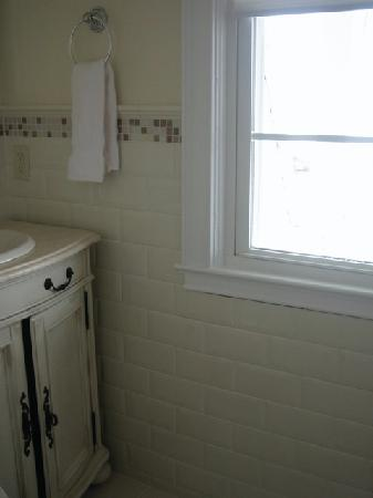 Ocean Grove, NJ: tastefully appointed bathroom