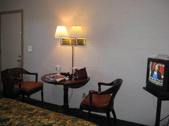 White Columns Motel: room seating