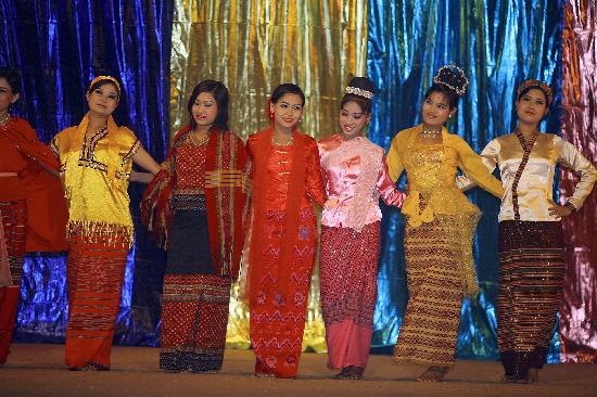 Karaweik Palace: Dancers dressed in traditional costume