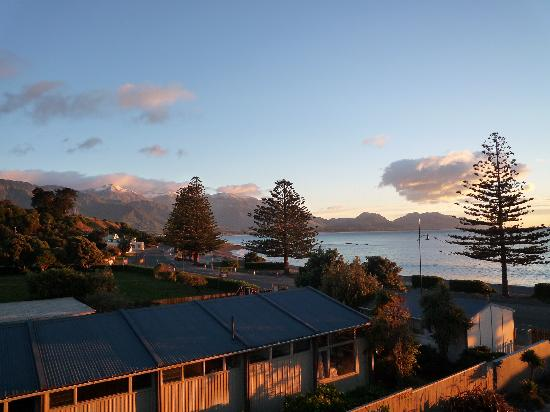 Kaikoura Apartments: the sunset from our room