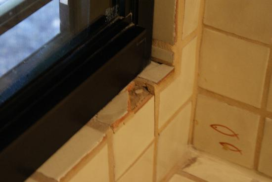 Little Palm Island Resort & Spa, A Noble House Resort: Cracked tub tiles
