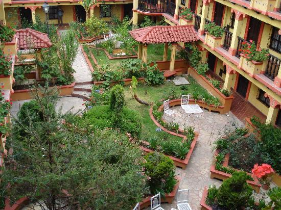 Hotel D'Monica : La cour intérieure et son jardin