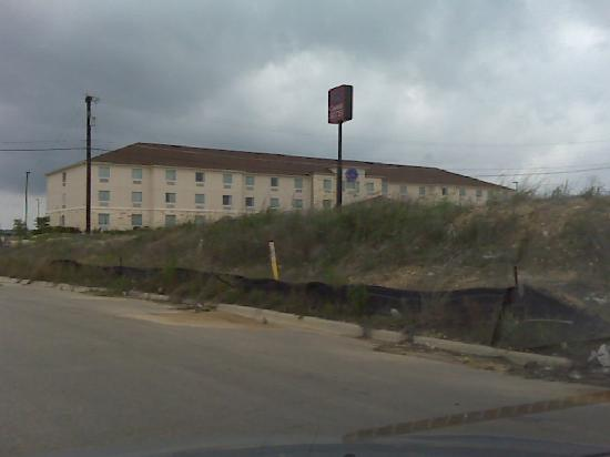Rodeway Inn & Suites: Not very pretty pretty outfront, but the mounds of dirt acrually help keep the hotel quiet from