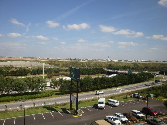 Howard Johnson Atlanta Airport: Thats airport Back there