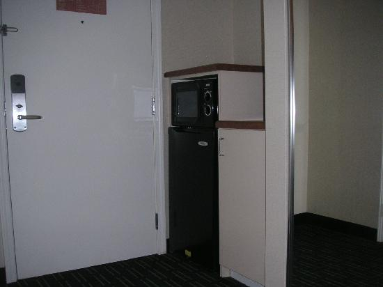 Fairfield Inn & Suites Oakland Hayward: Microwave oven and refrigerator