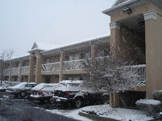 Studio 6 Salt Lake City - Fort Union: In the snow