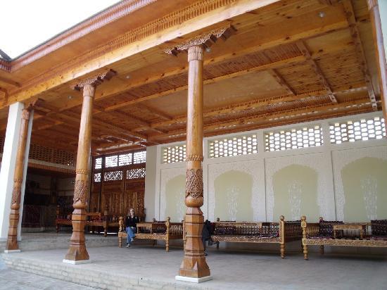 Hotel Malika Samarkand: Patio avec table traditionnelle