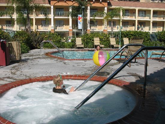 Cortona Inn & Suites Anaheim Resort: That pool was so well kept! very nice.