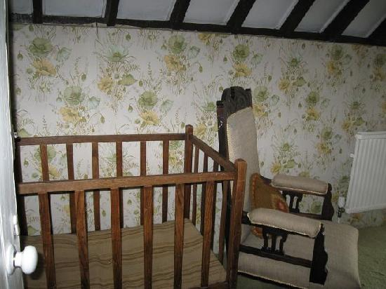 Cullintra House: childs cot in middle family room