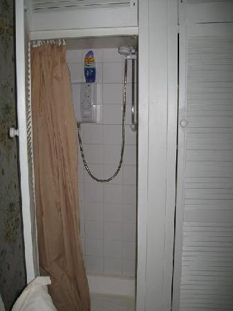 Cullintra House: shower in the closet