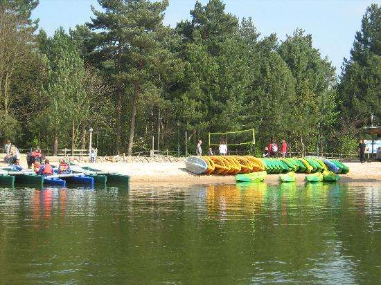 Center Parcs Sherwood Forest: lake with the 'beach'