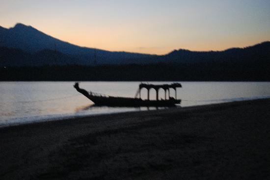 Hotel Tugu Lombok: Beginning of Sunrise and the Hotel Boat