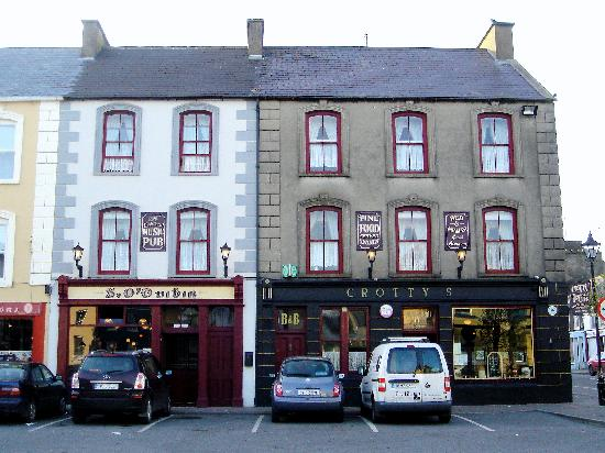 Crotty's Pub B & B: Crotty's B&B occupies both building in photo