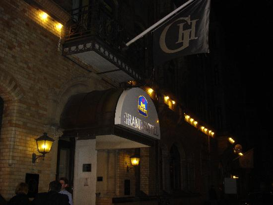 BEST WESTERN PLUS Grand Hotel : Outside at Night