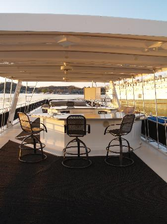 Sea Suites Boat & Breakfast: Top deck with bar,grill & hot tub